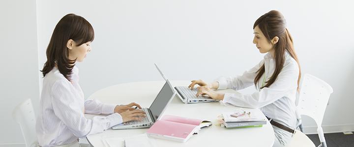 オフィスでパソコン作業をする女性