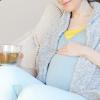 陣痛・出産時に飲み物を飲む妊婦